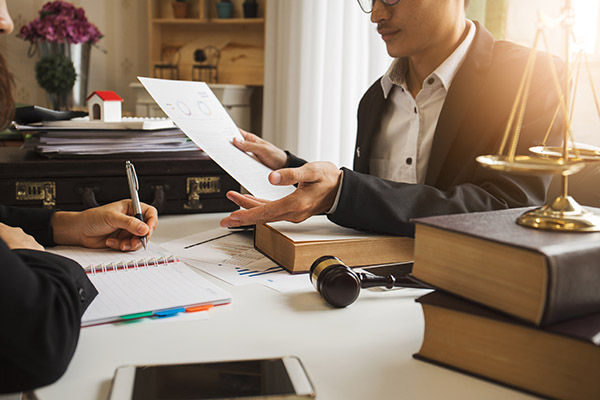 comment-trouver-avocat-affaires-commercial-questions